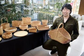 西原悟志さんの竹製品が並ぶレクサス松山インター店=20日午前、松山市北土居4丁目