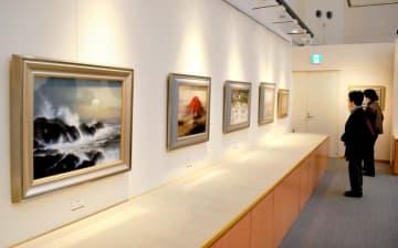 浜田泰介さんの風景画が並ぶ個展