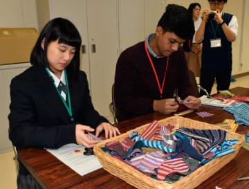 【市木木綿と尾鷲ヒノキを使ってブックマークを作る生徒ら=御浜町阿田和の県立紀南高で】