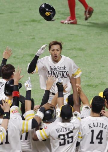 広島との日本シリーズ第5戦の10回、サヨナラ本塁打を放ち、ヘルメットを投げ捨ててホームインするソフトバンク・柳田=ヤフオクドーム