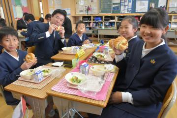 みとちゃん米パンを味わう児童ら=水戸市大場町