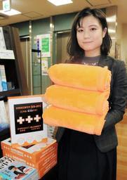 A4サイズにまで圧縮できる毛布。ジュンク堂書店三宮店にも並ぶ=神戸市中央区三宮町1