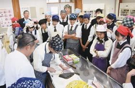 マツカワのさばき方を学ぶ生徒たち