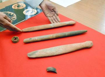 縄文時代晩期とみられる住居跡から見つかった「石剣」3本と耳飾り=20日、千葉市若葉区の加曽利貝塚博物館