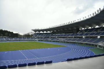 青色のレーンが特徴の競技場=20日、新青森県総合運動公園