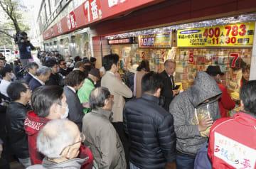 年末ジャンボ宝くじを買い求める人たち=21日午前、東京・銀座