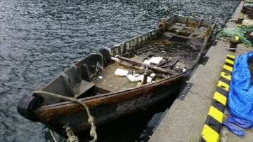 佐井村焼山崎付近で発見された木造船(青森海上保安部提供)
