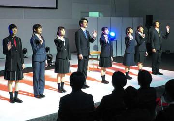 新作制服などを披露したファッションショー=20日、大阪市北区の梅田スカイビル