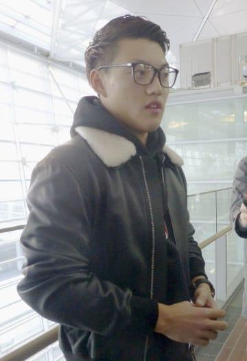 渡欧前に取材に応じるサッカー日本代表の堂安=21日午前、中部空港