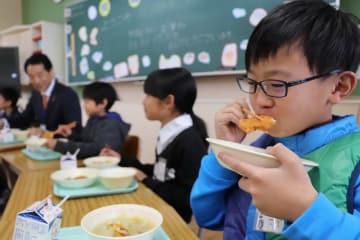 トラフグの唐揚げを味わう児童=松浦市立調川小