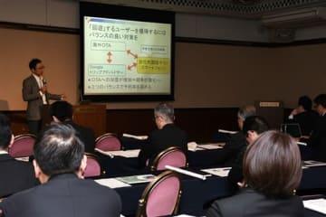 インターネットを活用した外国人集客について講演するインバウンドにっぽんの小野秀一郎社長=20日、熊本市中央区