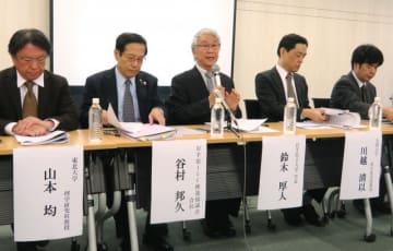 日本学術会議の検討委に対し「正しい理解で公正な評価を期待したい」と語る鈴木厚人学長(中央)ら