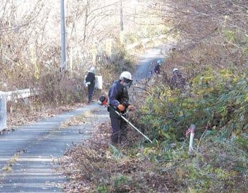 福島県葛尾村の復興拠点整備に向けて道路の除染をする作業員