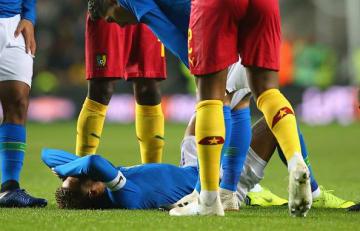 ピッチに倒れこむネイマール photo/Getty Images