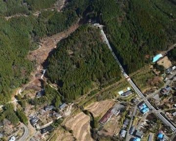 熊本地震で崩壊した黒川第1発電所の貯水槽周辺=2016年12月、南阿蘇村(大倉尚隆)