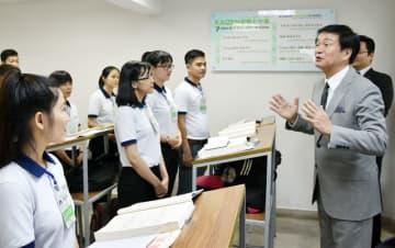 人材育成スクールを視察し、学生と交流する森田知事=20日、ホーチミン