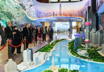 「偉大な変革-慶祝改革開放40周年大型展」に海外から来賓