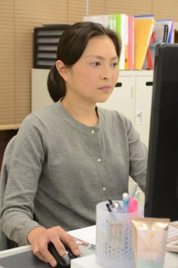 職場で事務作業に取り組む原被告=10月下旬、千葉県内