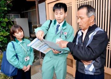 訪問対話活動で乾式貯蔵施設の概要を説明する四国電力社員=20日午前、伊方町亀浦