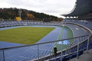 報道機関に公開された新県総合運動公園陸上競技場。県は来年度の利用開始を予定している