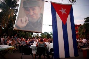 キューバ・ハバナで憲法の草案について討議する住民=8月(ロイター=共同)