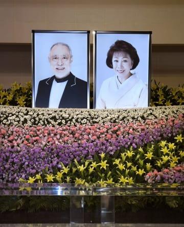 俳優の津川雅彦さんと妻の朝丘雪路さんの「合同葬お別れの会」で、祭壇に飾られた遺影=21日午前、東京都港区の青山葬儀所