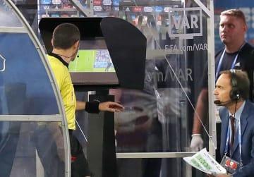 6月26日、サッカーW杯ロシア大会ナイジェリア―アルゼンチン戦でのVARで、ビデオ映像を確認する主審(左)