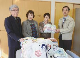 清拭布を手渡す藤川婦人部長(右から2人目)