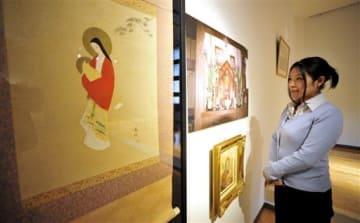 崎津のカトリック信徒から借り受けた掛け軸や絵画と実際の高台のパネル=天草市