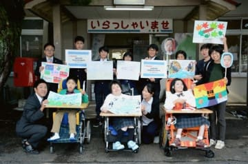肥薩おれんじ鉄道の列車に飾る作品を手にする芦北支援学校の児童生徒ら=芦北町