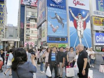外国人旅行者でにぎわう大阪・道頓堀の観光スポット