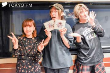 音楽ユニット・angelaのボーカル・atsukoさん(左)と、ギター&アレンジのKATSUさん(右)。中央は番組パーソナリティをつとめる声優・アーティスト・俳優の蒼井翔太