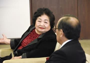広島市の松井一実市長(手前)を表敬訪問するサーロー節子さん=21日午後、広島市役所