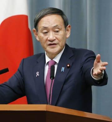 記者会見する菅官房長官=21日午後、首相官邸