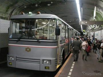 最終便の発駅となる黒部ダム駅で発車を待つ関電トロリーバス。