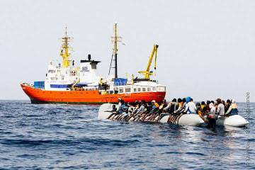 定員超過のゴムボートで漂流している人びとの救助にあたるアクエリアス号(2018年3月31日撮影)© Yann Levy/SOS MEDITERRANEE
