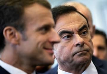 フランスのエマニュエル・マクロン大統領(左)とカルロス・ゴーン容疑者(右)(写真:代表撮影/ロイター/アフロ)