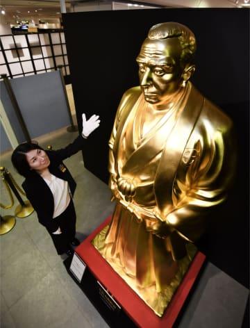 高島屋大阪店の「大黄金展」に登場した高さ約2メートルの西郷隆盛像=21日、大阪市