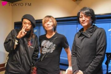 GRANRODEOのKISHOW(谷山紀章)さん(中央)とe-ZUKA(飯塚昌明)さん(右)。左は番組パーソナリティのMUCC・逹瑯