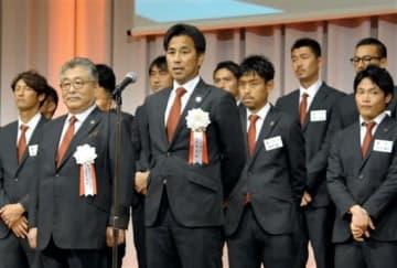 感謝の集いであいさつするロアッソ熊本の渋谷洋樹監督=熊本市中央区のホテル日航熊本