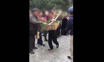 これが中国の現状か?観光客が伝統行事で食べ物を奪い合う