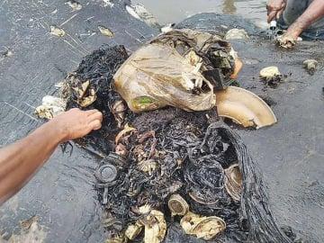マッコウクジラの死骸の胃の中から見つかったプラスチックごみ=19日、インドネシア・スラウェシ島東南スラウェシ州(関係者提供・共同)