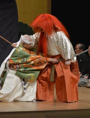 クライマックスで勇壮に鬼を退治し、観客を魅了した能「紅葉狩」=21日夜、松山市堀之内