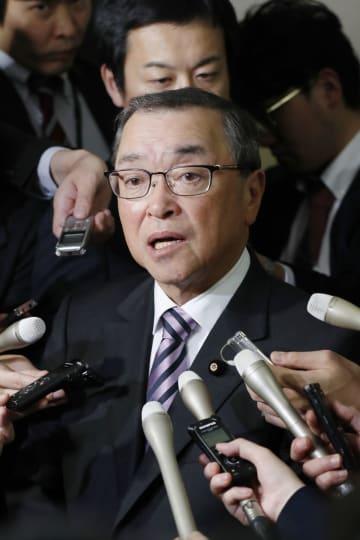 総会後、取材に応じる自民党の宮沢洋一税制調査会長=21日午後、東京・永田町の党本部
