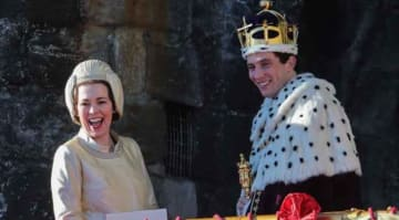 Olivia Colman, Josh O'Connor and Tobias Menzies film a scene for the Netflix drama at Caernarfon Castle. The Queen presents the newly invested Prince of Wales to the Welsh people from Queen Eleanor's Gate. PersonInImage : Olivia Colman,Josh...