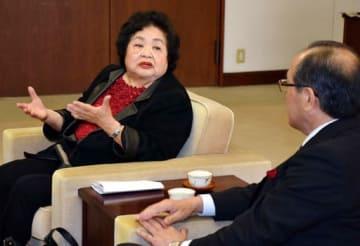 松井市長(手前)と核兵器禁止条約批准の働き掛けなどについて話すサーローさん