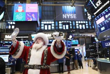 """ニューヨーク証券取引所に登場した""""サンタクロース""""=21日(ロイター=共同)"""