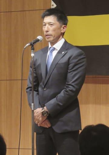 阪神の球団納会であいさつする矢野監督=21日、大阪市