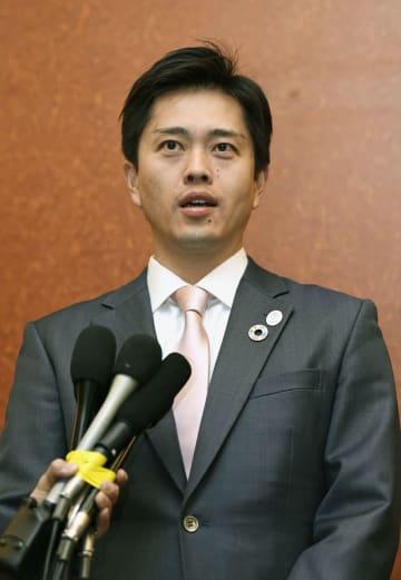 記者の質問に答える吉村洋文大阪市長=21日、パリ(共同)