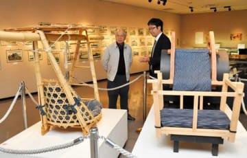 【江戸庶民の旅をテーマにした資料が並ぶ会場=四日市市安島の市文化会館で】